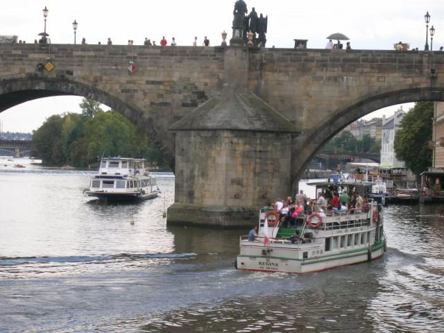 Прогулочный кораблик на Влтаве у Карлова моста