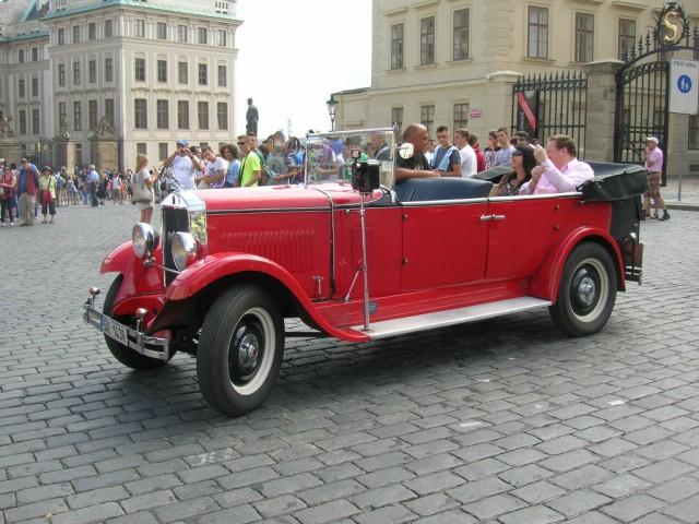Ретро-автомобиль на Градчанской площади