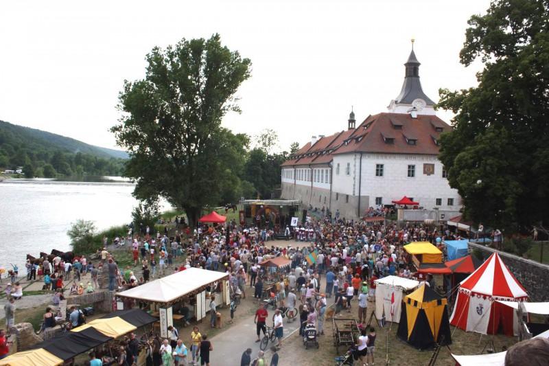 Театрализованное королевское шествие (Královský průvod) из Праги в летнюю резиденцию короля — замок Карлштейн