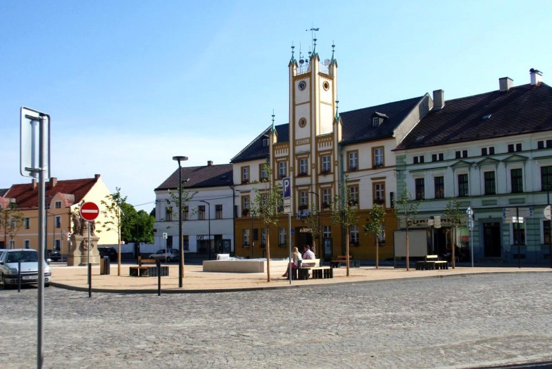 Площадь Мира (náměstí Míru) и Ратуша