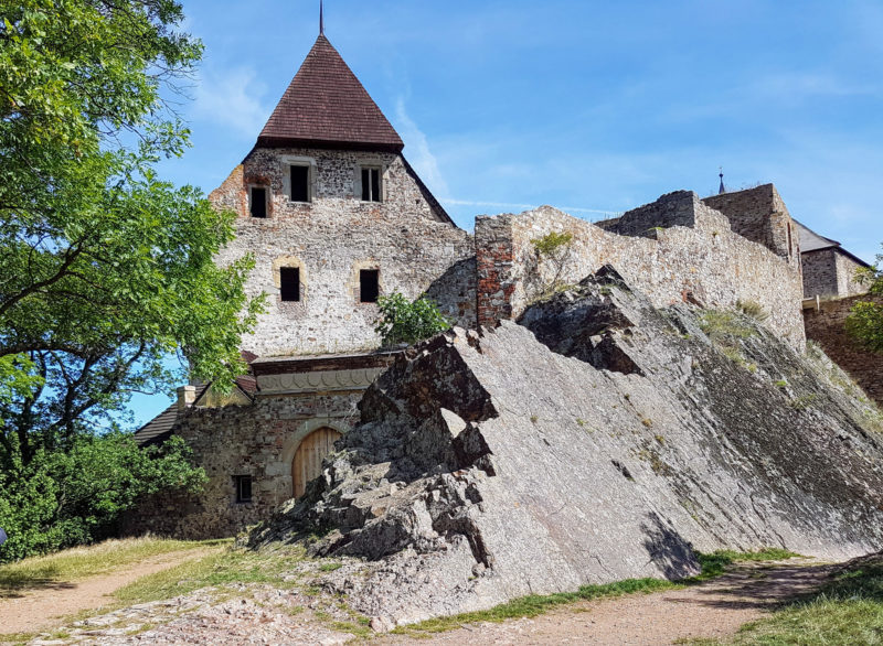 Замок встроен в скалу