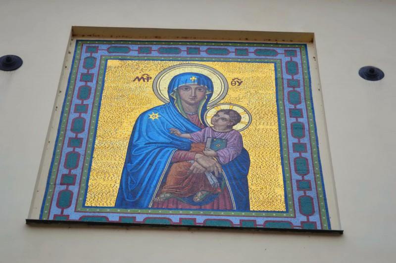 Мозаика над входом в церковь
