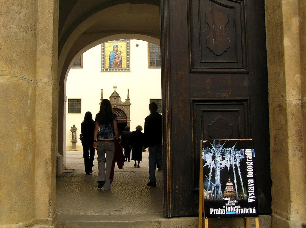 Вход во внутренний двор церкви Девы Марии Снежной