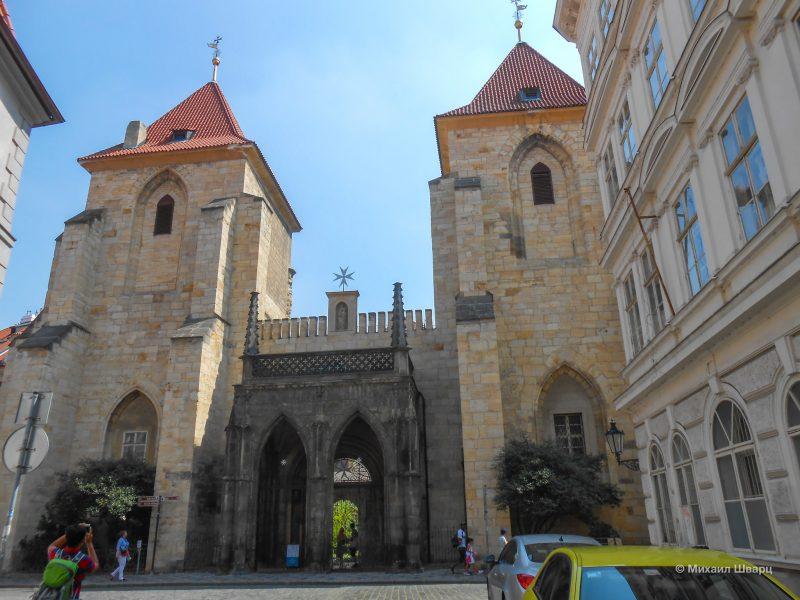 Вход в монастырь рыцарей Мальтийского ордена