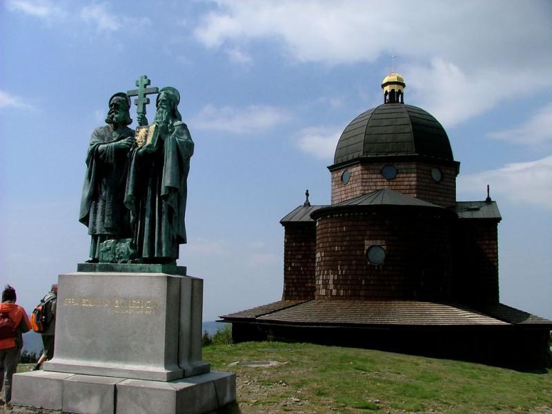 Часовня и скульптура Святых  Апостолов Кирилла и Мефодия