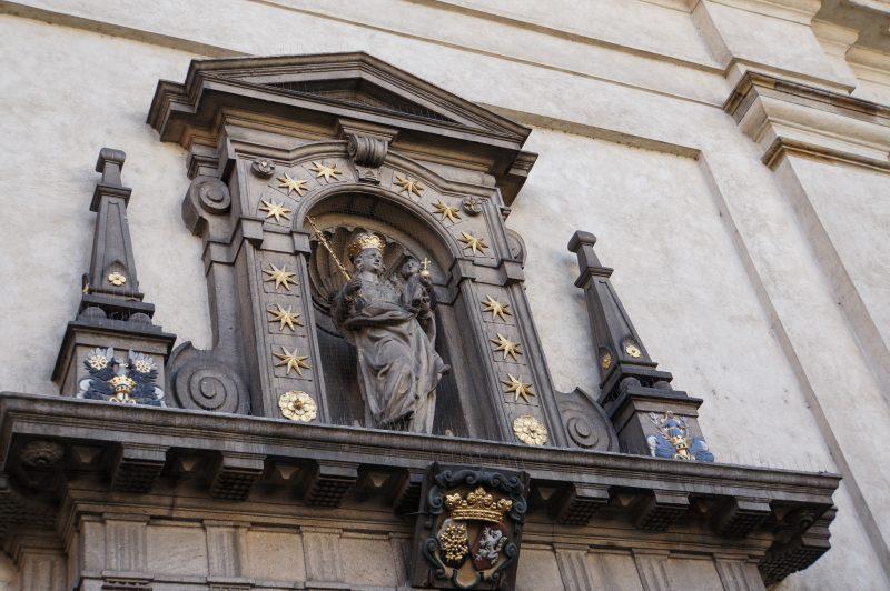 Статуя Девы Марии с младенцем