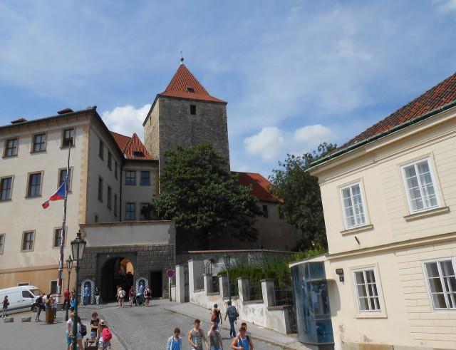 Старая замковая лестница заканчивается Восточными воротами Пражского Града