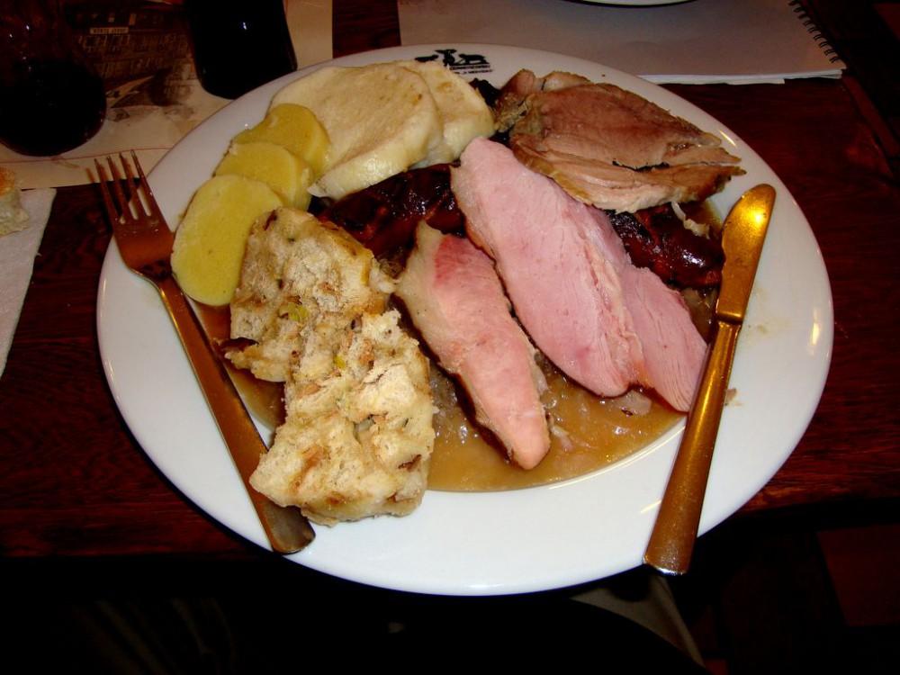 Утка с картофельными, хлебными и шпековыми кнедликами и капустой
