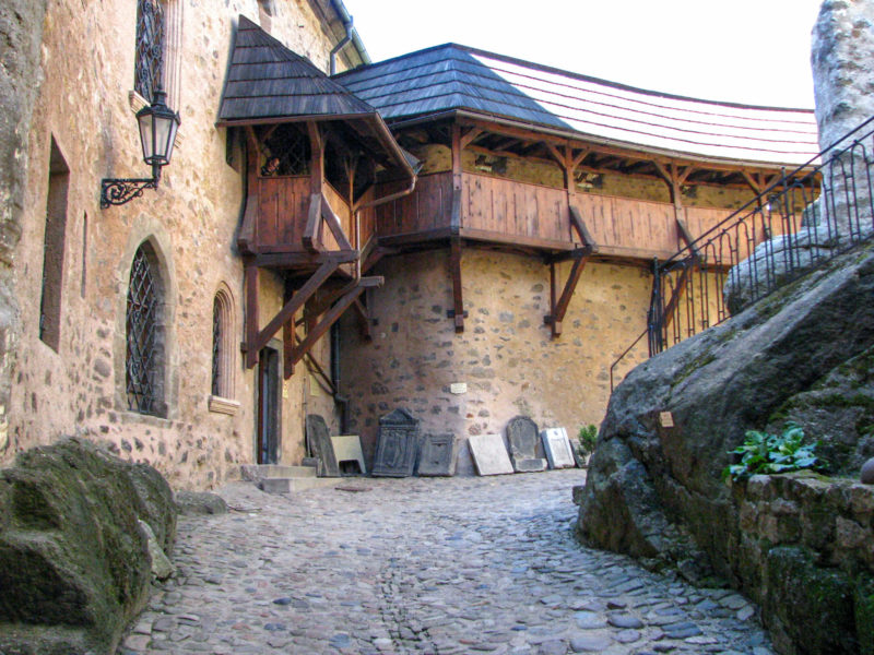 Маркграфский дом и надгробные плиты у входа