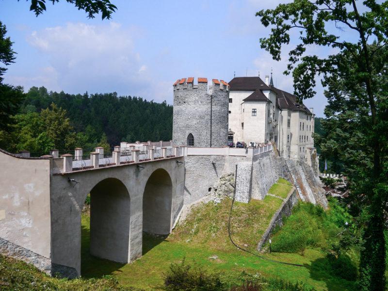Круглая башня с мостом