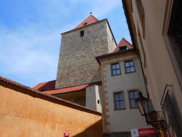 Черная башня  с улицы Jiřská