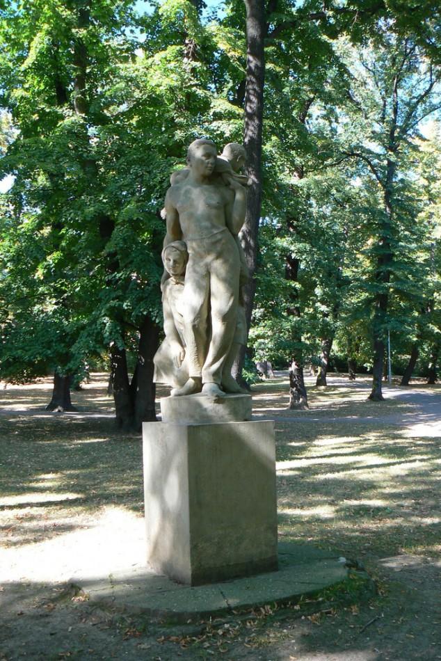 Парковая скульптура Семья