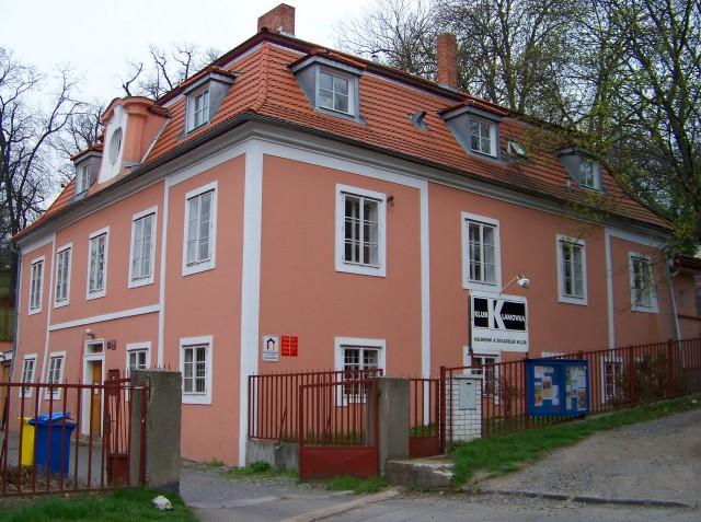 Двухэтажный барочный дом с мансардной крышей