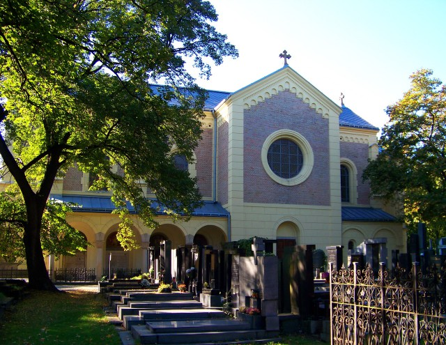 Церковь построена из камня и кирпича