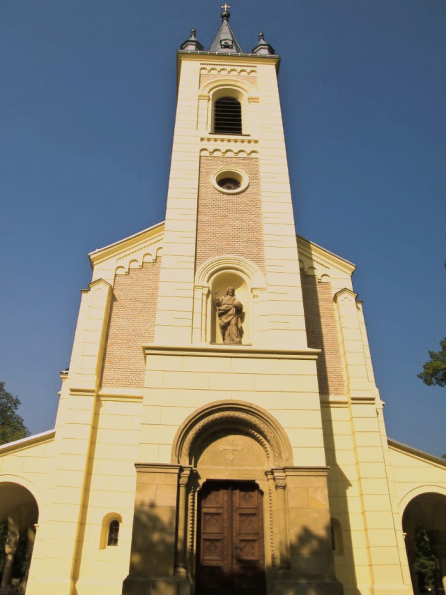 Башня на фасаде со скульптурой Спасителя
