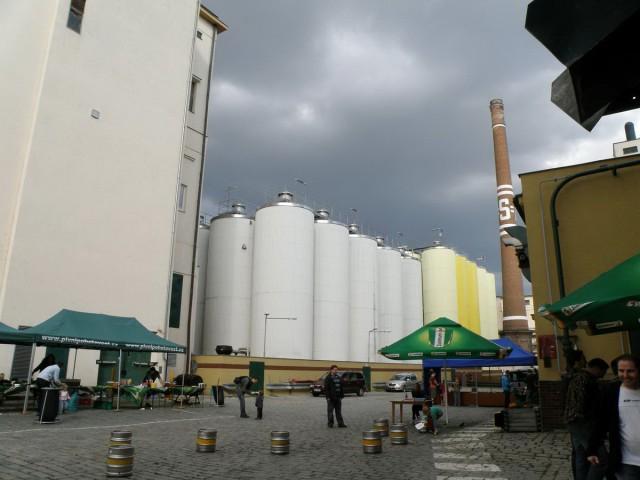 В этих цистернах, наверное, готовое пиво