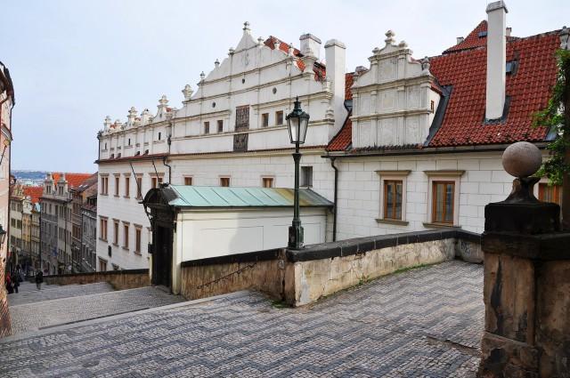 Ренессансный фронтон бывшего дворца дворян из Градца, вид с улицы  Замковая лестница