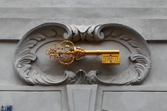 Домовой знак на фасаде