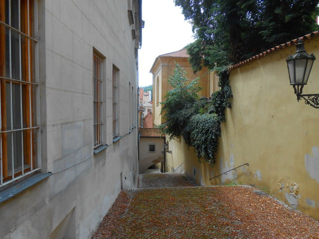Два крытых коридора между дворцом и соседним костелом Девы Марии Неустанной Помощи и Божественного Провидения