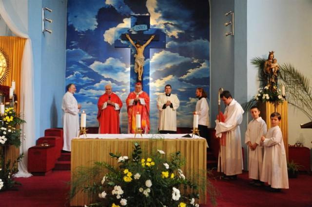 На заднем плане   картина, изображающая смерть Христа на кресте около трёх часов пополудни в окружении облаков