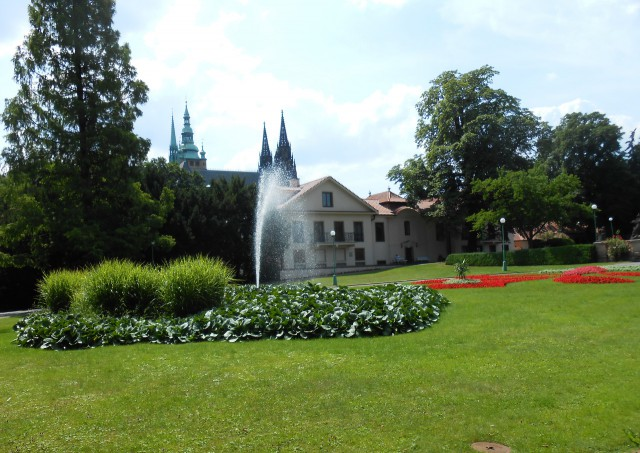 Вид на Резиденцию президента из Королевского сада