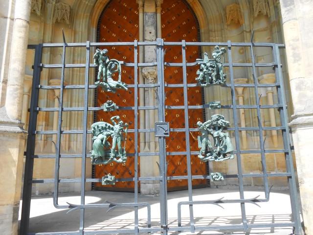 Современная решётка на Золотых воротах
