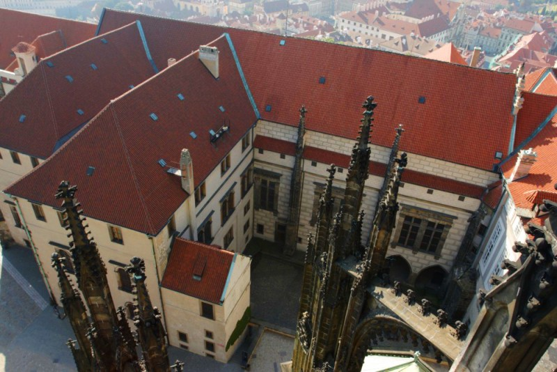 Вид на Старый королевский дворец с башни Собора св. Вита