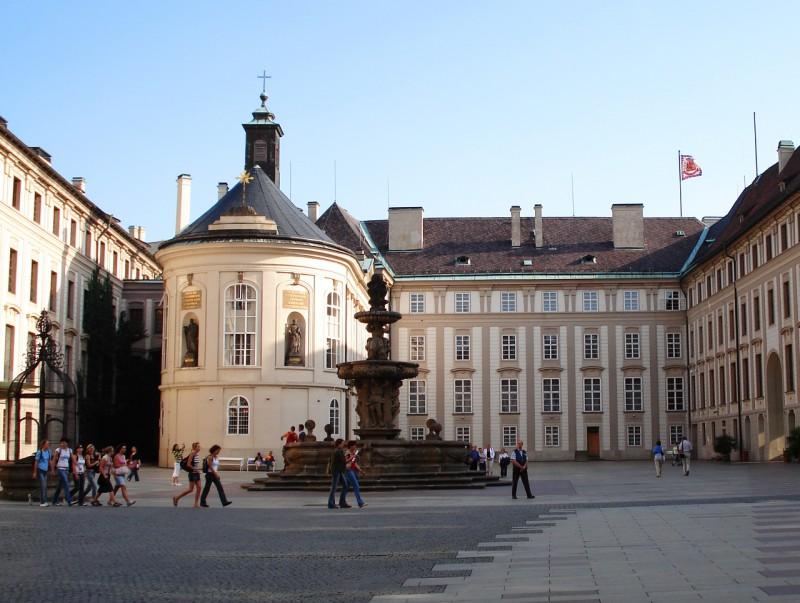 Второй двор Пражского града и фонтан Кола