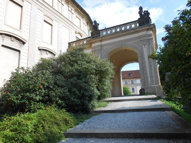 В Испанский зал можно войти через портик в  саду На бастионе