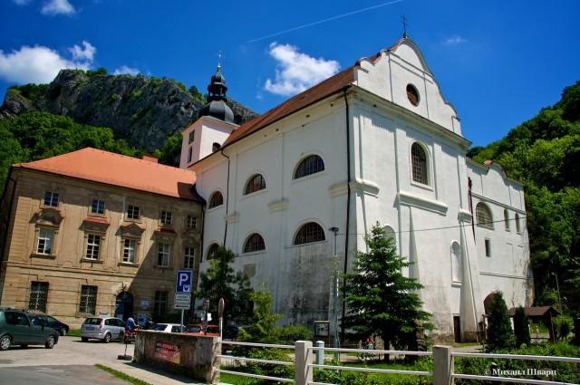 Монастырь Святой Ян под Скалой и гора на фоне