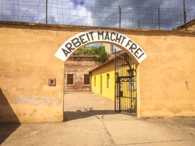 Ворота в здании крепости с надписью «Труд освобождает»
