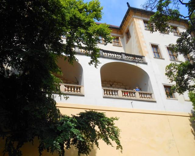 Фасад, обращённый к саду На Валах, ограждён аркадной террасой