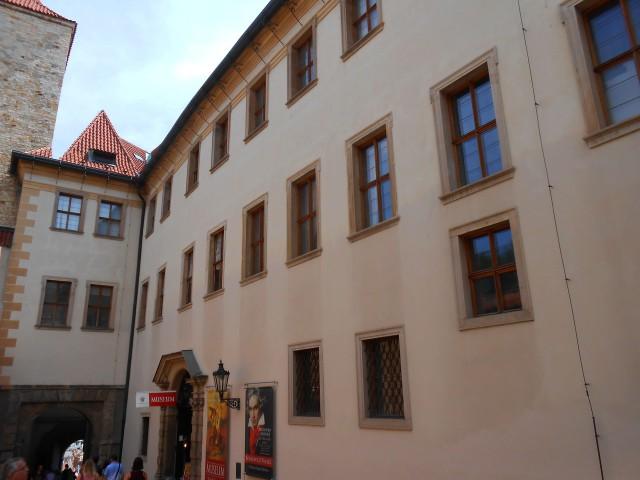 Фасад дворца со стороны улицы Йиржской