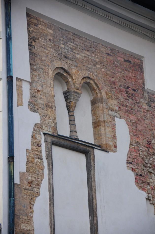 Романское окно  и часть романской кладки