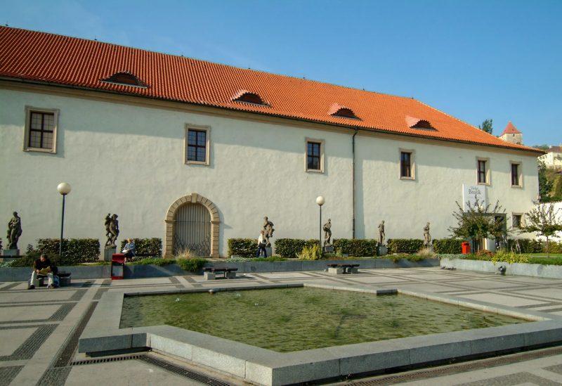 Вальдштейнский Манеж со стороны сада станции метро Malostranská