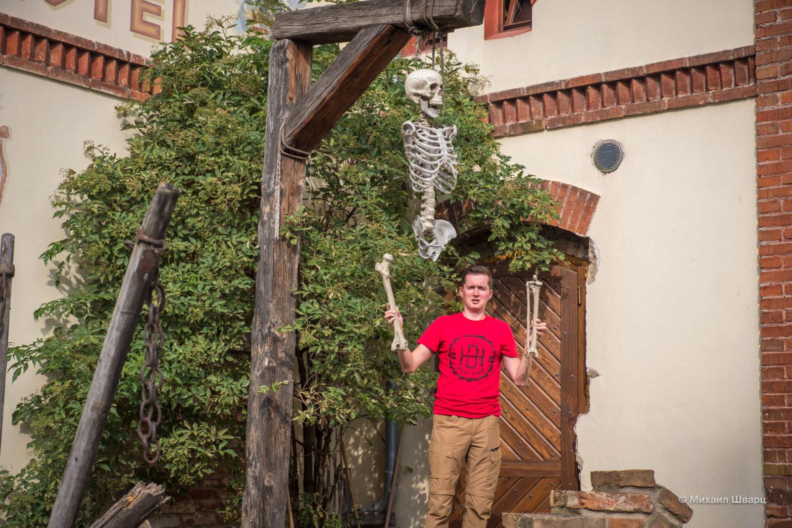 Скелет на виселице около отеля
