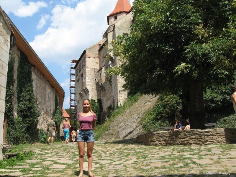 Лена во дворе замка