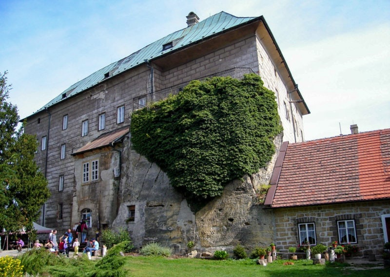 Замок «врезан» в скалу