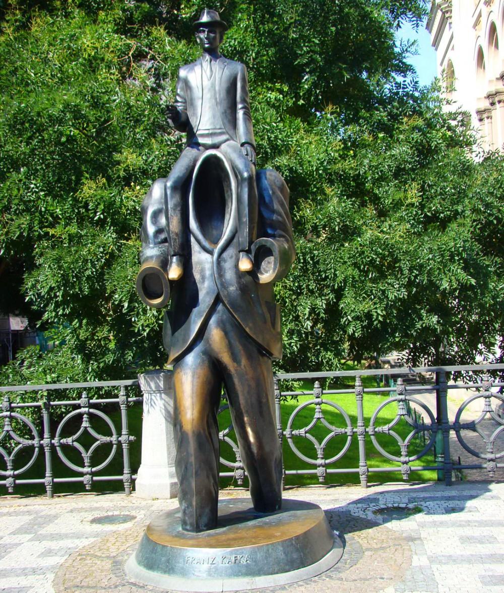 Памятник Кафке около Испанской синагоги