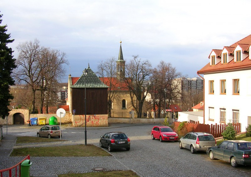 Вид на церковь Усекновения главы Иоанн Креститель с улицы Chalupnická.