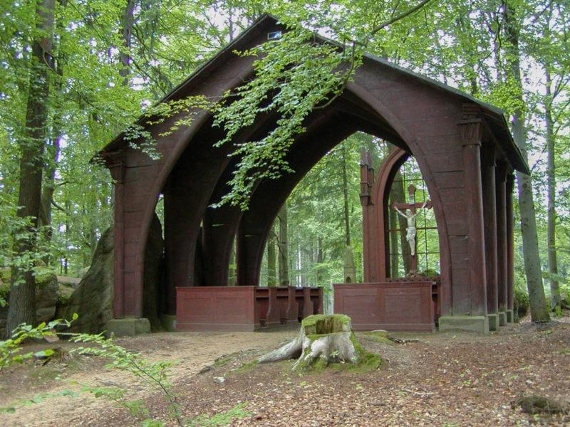 Часовня святого Креста в парке
