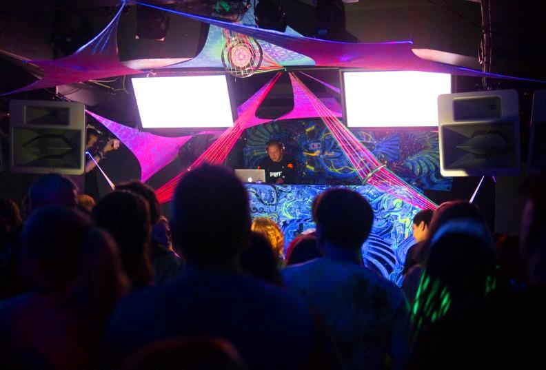 Все ночные клубы праги как танцуют телки в ночных клубах