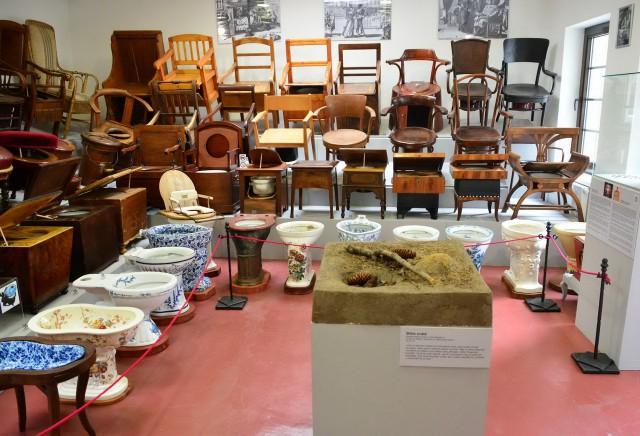 В Музее исторических ночных ваз и туалетов