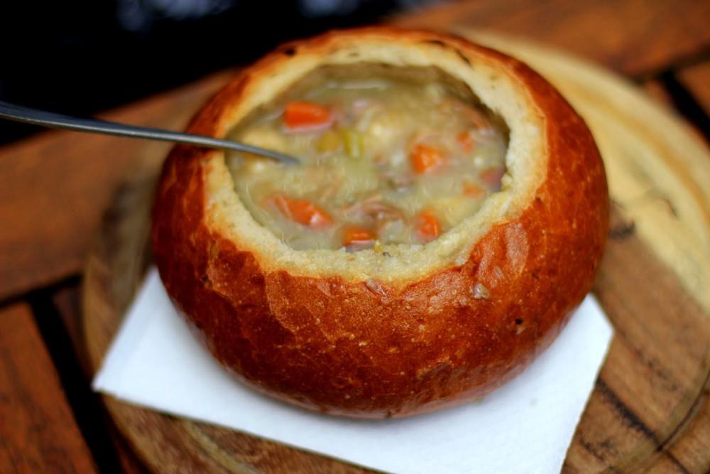 Традиционный «суп в хлебе»