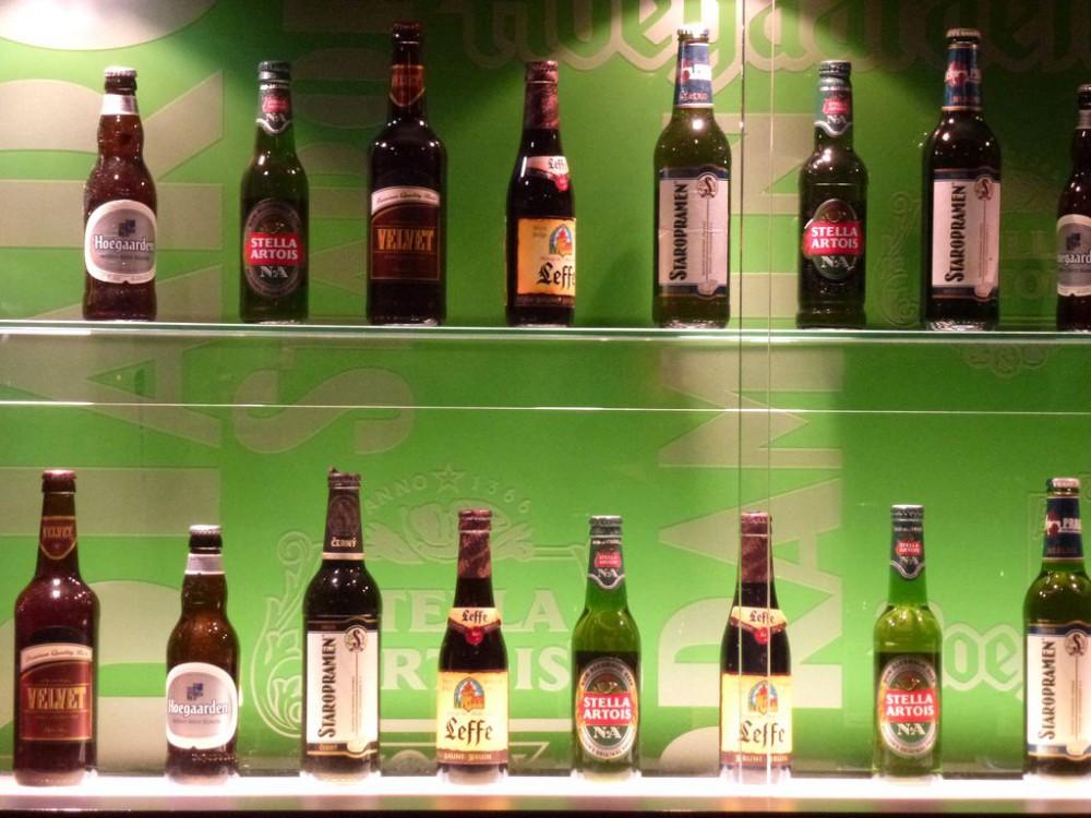Ассортимент бутылочного пива в ресторане.