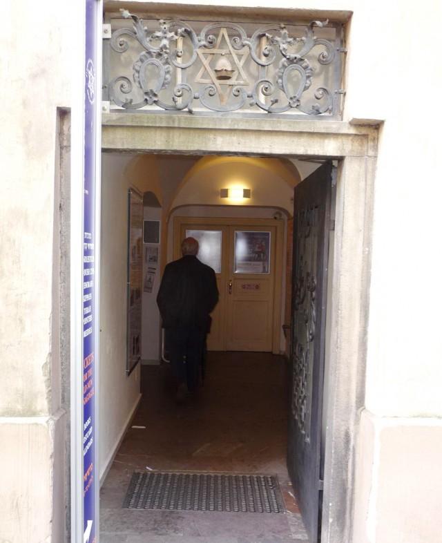 Вход в синагогу