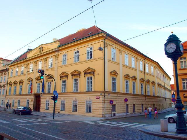 Роганский дворец со стороны Кармелитской улицы