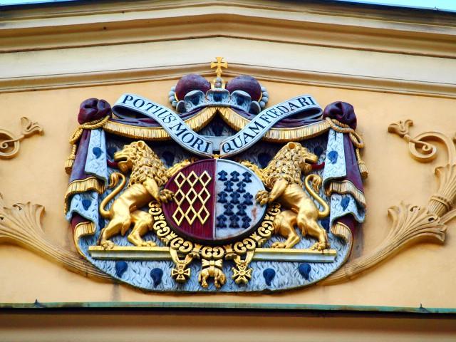 Герб рода Роган на фасаде здания