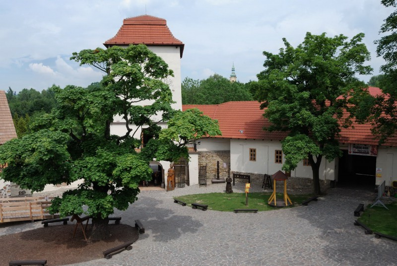 Главная башня с соседними зданиями