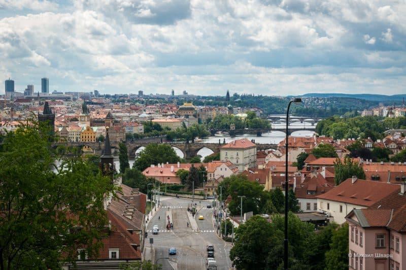 Так видно Влтаву и мосты из Chotkovy sady